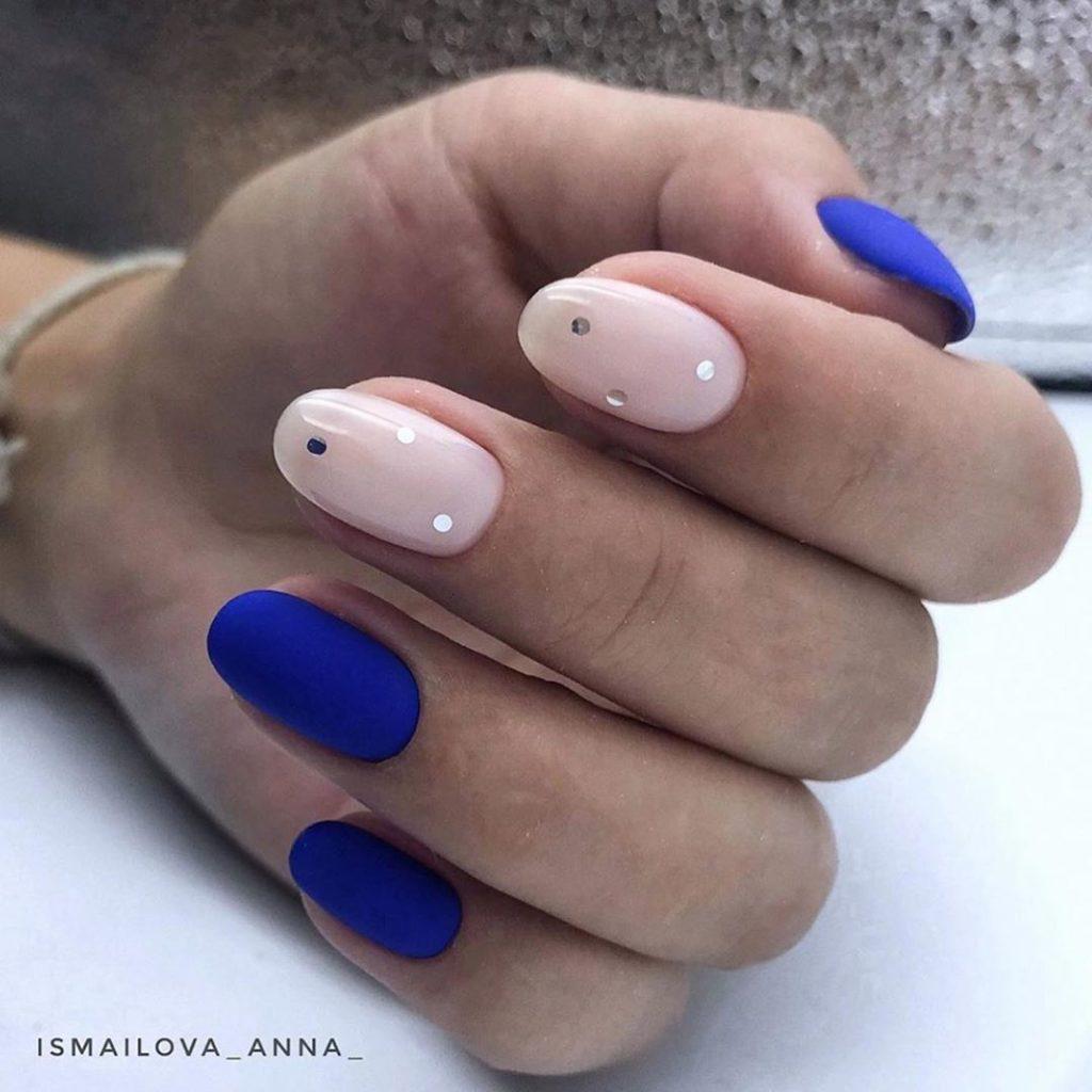 модный синий маникюр 2020-2021